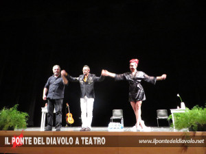 Applausi a teatro con il compositore Ivan Ziraldo e la burlesque performer Sweet Pepper